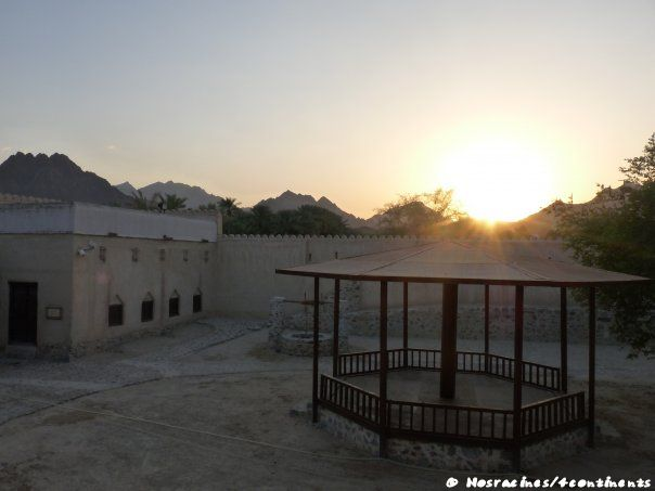 Le soleil se couche sur les montagnes Hajar, Hatta Heritage Village
