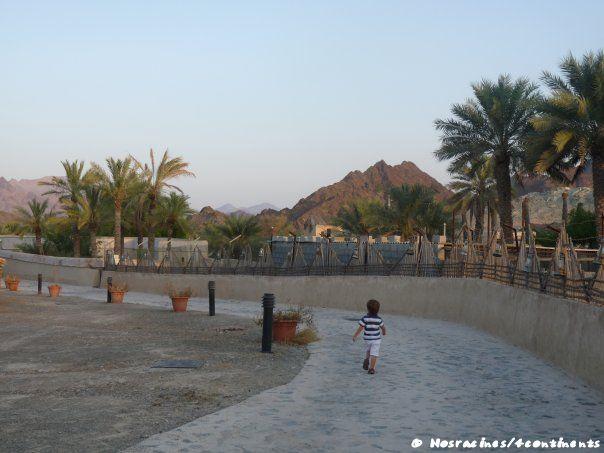 Notre fils découvre les lieux tranquillement, Hatta Heritage Village