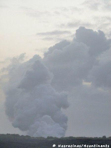 Nous apercevons la fumée du volcan au loin, Big Island
