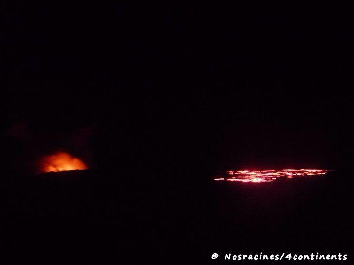 De loin, nous apercevons le volcan et la coulée de lave, Big Island