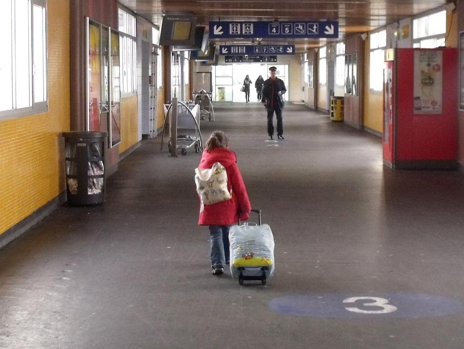 Nine à la gare avec sa valise